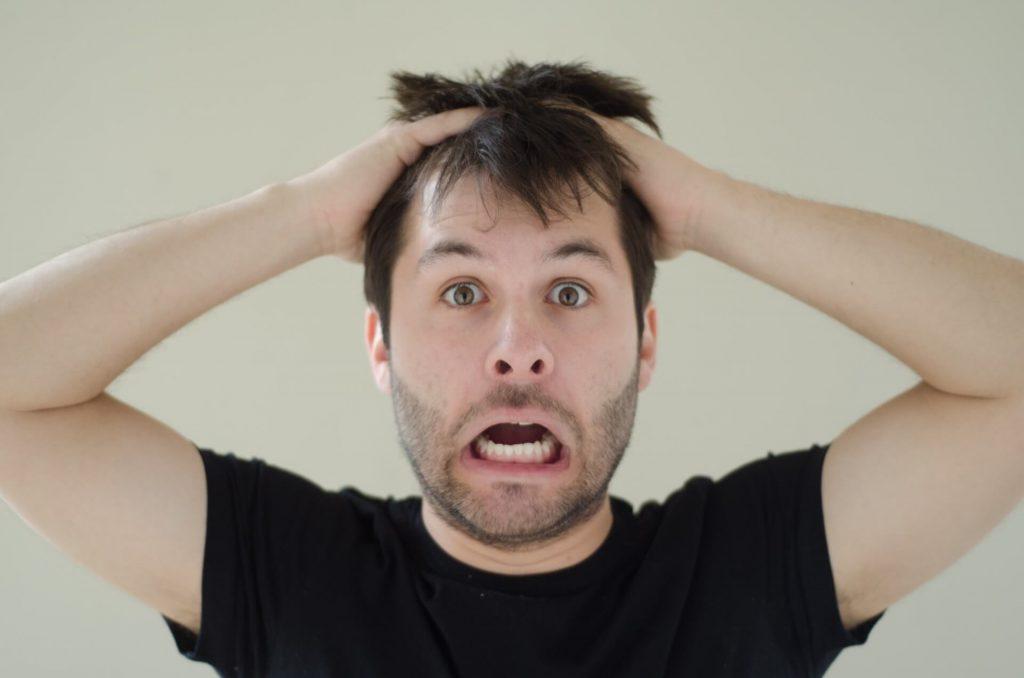 ヒゲ脱毛のデメリットを知らないまま申し込んで頭を抱える男性